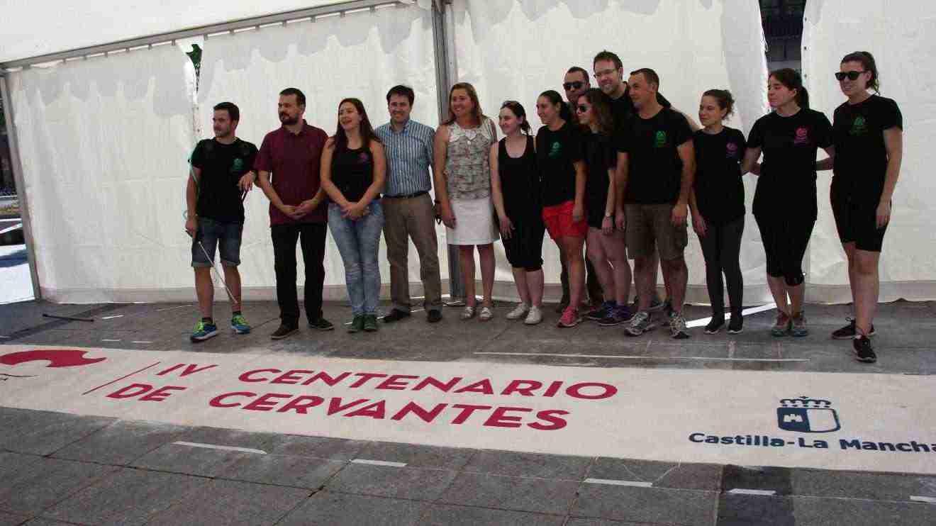 Decoran con alfombras de serrín la plaza de Zocodover de Toledo