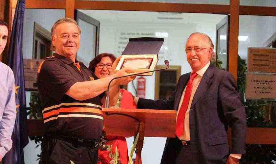 Francisco Perez entrega placa Protección Civil