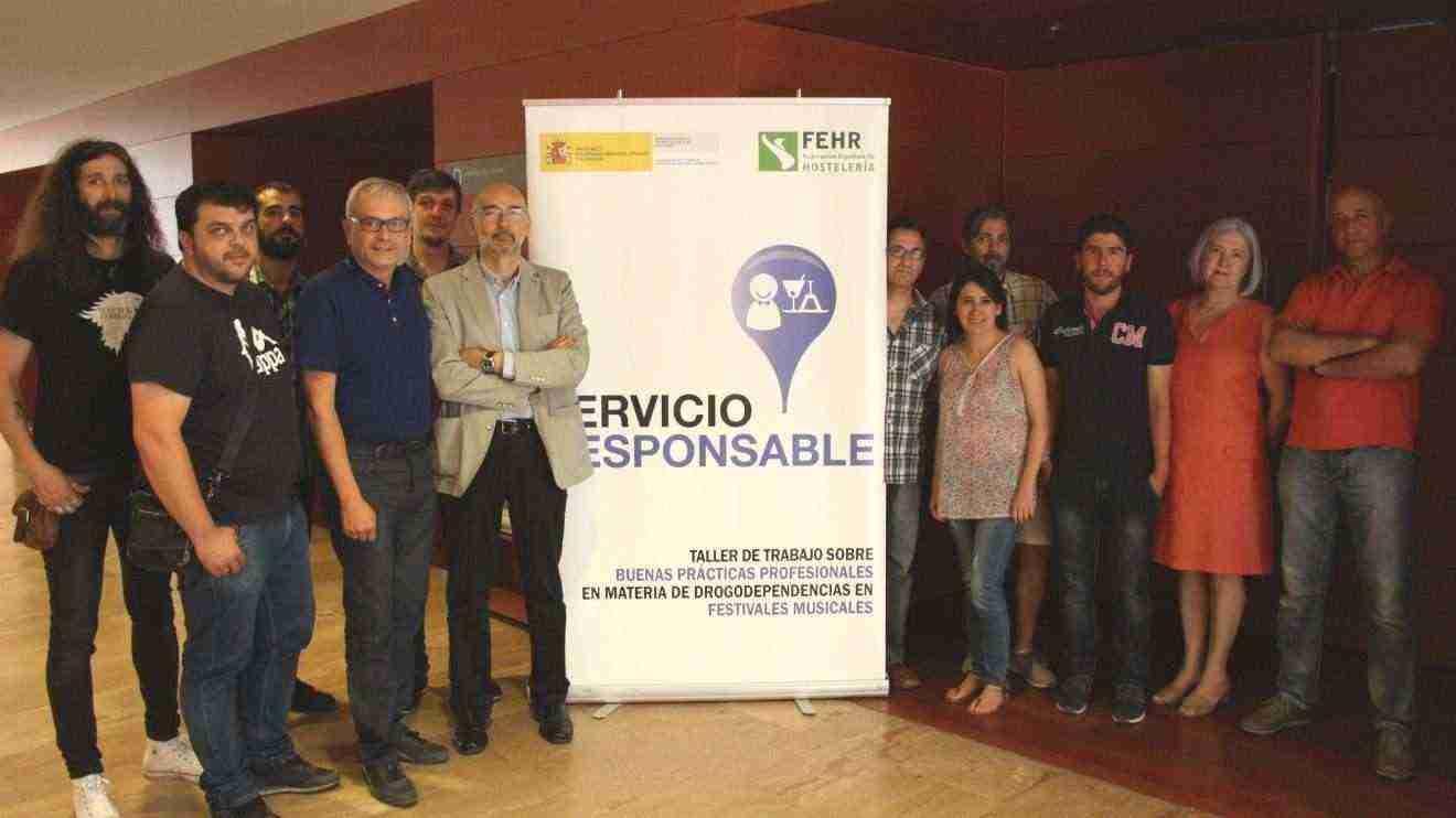 Manuel Tordera, Director General de Salud Pública, con algunos asistentes al taller impartido en la Consejería de Sanidad