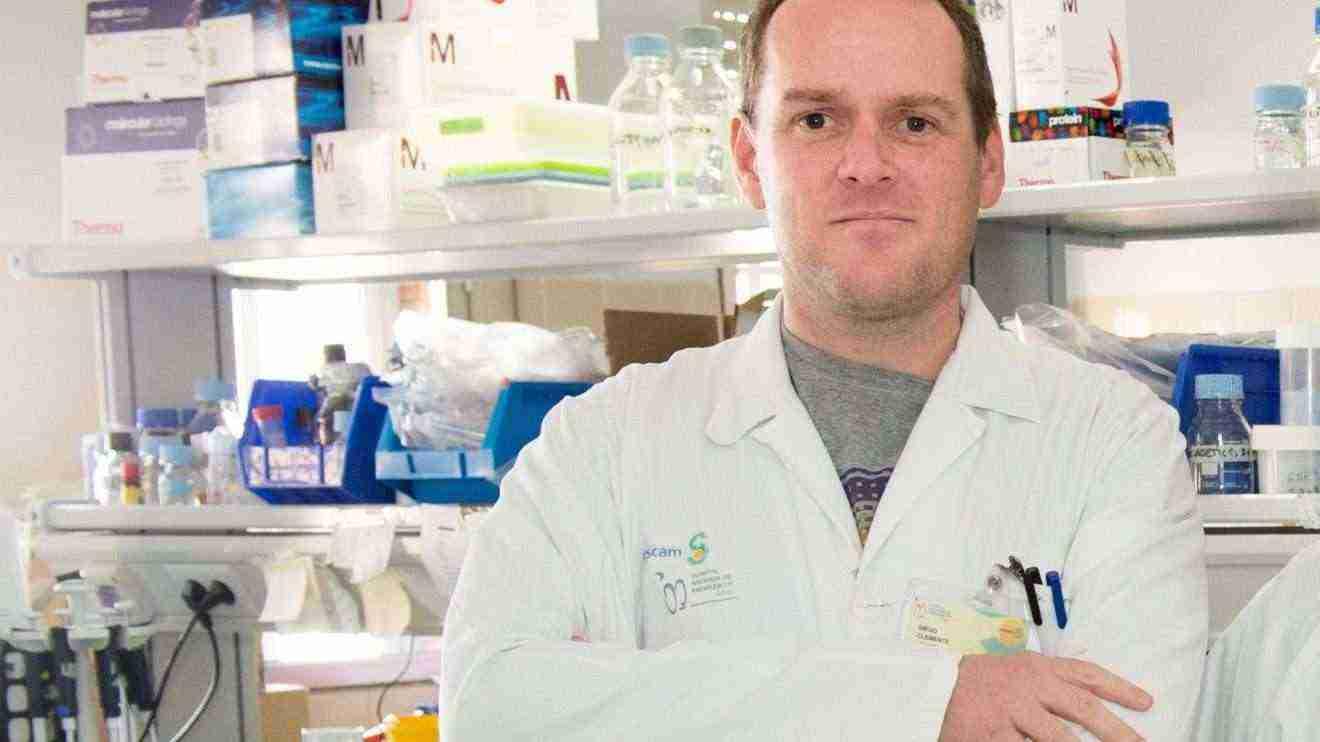 El investigador del Hospital de Parapléjicos Diego Clemente dirige un curso sobre esclerosis múltiple