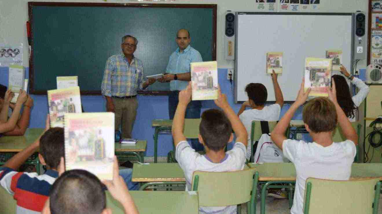 Carmelo Monteagudo, presidente de Grupo Montes Norte, hace la entrega al director del colegio Virgen de la Sierra de Villarrubia