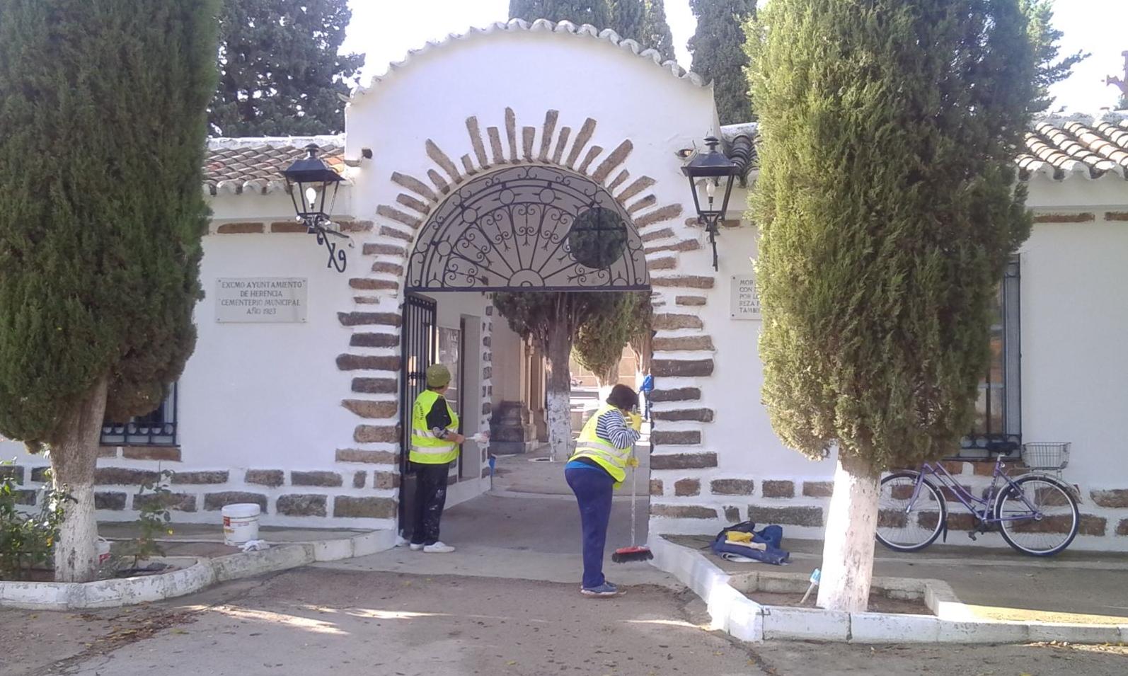 Pintando la entrada del Cementerio de Herencia (Ciudad Real)