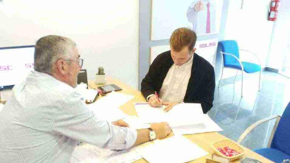 Firma del nuevo seguro de accidentes para los participantes en las escuelas deportivas de Herencia