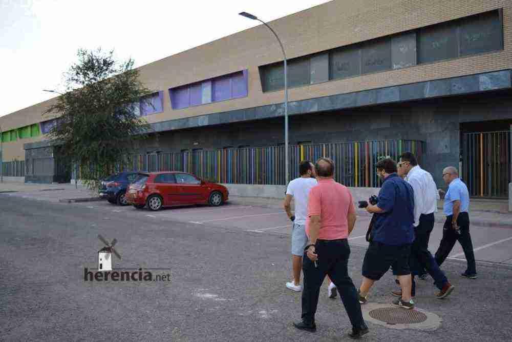 tomas roncero visito instalaciones deportivas herencia 3 1000x667 - Tomas Roncero visitó las instalaciones deportivas de Herencia