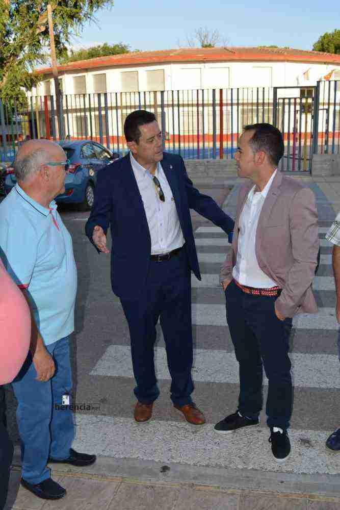 tomas roncero visito instalaciones deportivas herencia 1 667x1000 - Tomas Roncero visitó las instalaciones deportivas de Herencia